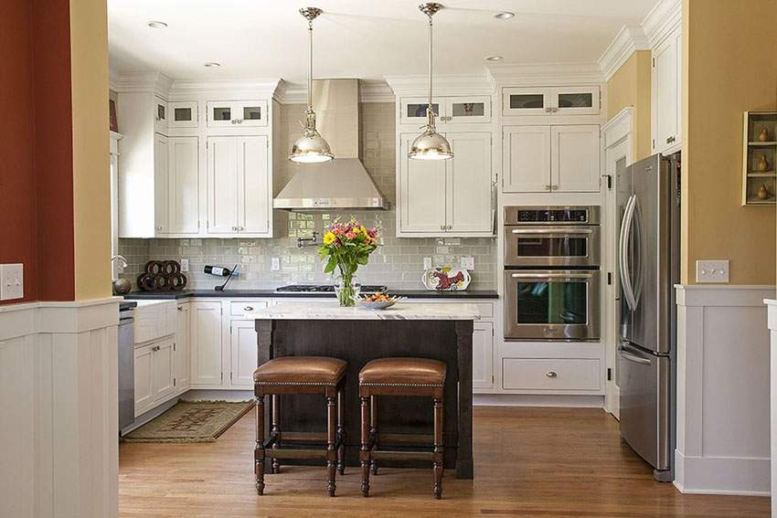 Traditional Style Kitchen Uses Small Movable Island